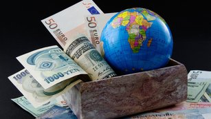 Stratég a ekonom o centrálních bankách: Koruna jako frank východu, parita EUR/USD v den Grexitu a mnoho dalšího