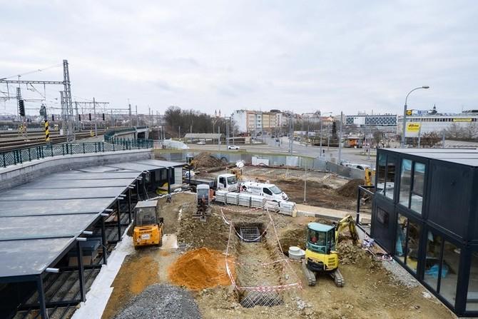 Stavba vprostoru postranního vstupu na Hlavní nádraží Plzeň (foto: M. Pecuch)